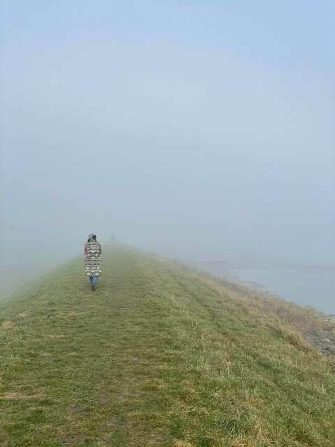 Dijkwandelen in de mist